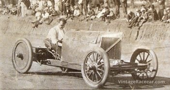 Barney Oldfield drives theÓGreen DragonÓ at Lakeside Speedway, 1907.
